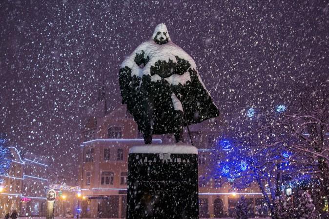 statua-diventa-darth-vader-quando-nevica-