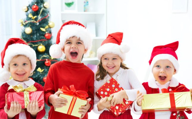 Bambini Che Scartano I Regali Di Natale.Regali Di Natale Giochi In Scatola Per Bambini E Ragazzi