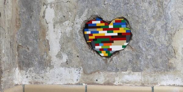 Cartina Mondo Lego.Jan Vormann L Artista Che Ripara Le Crepe Degli Edifici Con Il Lego Nerdburger